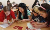 Будущие криминалисты изучают подлинность паспортов. Фото из архива школы