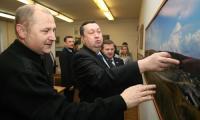 Зампредседателя облсобрания А. Поликарпов нашел на снимке В. Бербенца свой дом. Фото В. Владимирова
