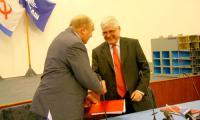 Николай Калистратов и Луик Данги Дессертс подписывают договор о создании совместного предприятия. Фото В. Бербенца