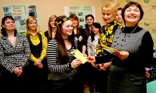 Начальник отдела по работе с молодежью Н. Суровцева вручает удостоверения первым вожатым. Фото В. Бербенца