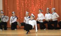 «Ты морячка, я моряк» — лихо танцуют учащиеся 5а. Фото В. Капустина