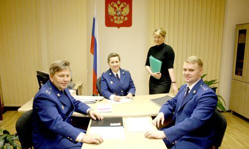 В. Баранникова, ее заместители: советник юстиции А. Большаков (слева), юрист 1-го класса О. Чистяков (справа) и помощник И. Петрова. Фото В. Бербенца