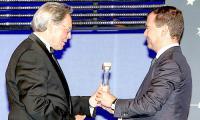 5 июня 2009 года. Президент России Д.А. Медведев вручает Н.П. Лавёрову престижнейшую премию «Глобальная энергия». Фото ИТАР-ТАСС