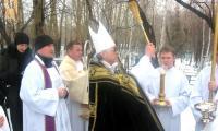 Процессия на 2 ноября – День поминовения усопших на кладбище Новосибирска. В центре – епископ Иосиф Верт, слева от него Сергей Владимиров держит пасторал (посох), символ епископской власти.