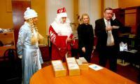 Редактор газеты Николай Кочуров в прямом эфире радио «Модерн-Северодвинск» объявил имена подписчиков-победителей. Фото В. Бербенца