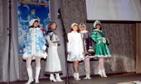 Мамочки очаровали зрителей, дефилируя в костюмах Снегурочки. Победительница Нина Багина вторая слева. Фото В. Бербенца