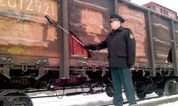 Дозиметрический контроль проводит главный государственный таможенный инспектор В.Е. Евстигнеев. Фото автора
