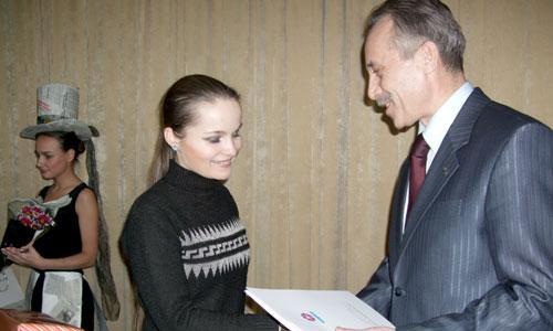 Приз из рук мэра получил самый молодой журналист «Северного рабочего» — Екатерина Курзенева. Фото В. Бербенца