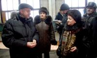 На вопросы ветеранов отвечает П. Воробей. Фото В. Бербенца