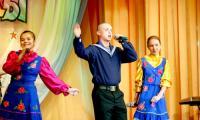 Поют матрос Максим Малёванный и солистки студии «Сударушка». Фото В. Бербенца