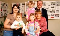 Вот они, лапочки-дочки и внучки (слева направо):  Анна Ракачева с дочерью Викой, Николай Кочуров и Ольга Овчинникова с внучками Серафимой и Дианой. Фото В. Бербенца