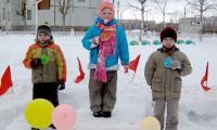 На пьедестале — победители лыжных гонок Маша Лапшова, Ян Макаренко, Родион Маркушев.
