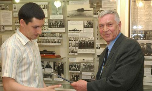 Как член государственной комиссии, Валентин Николаевич вручает дипломы выпускникам втуза. Фото из архива «Звёздочки»