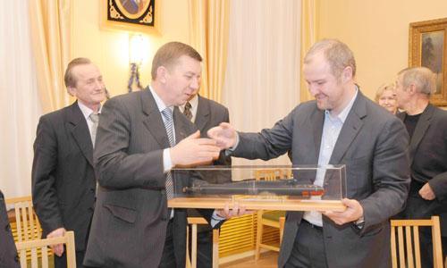 Модель БДРМ от «Звездочки» — президенту ОСК Роману Троценко. Фото В. Николаева