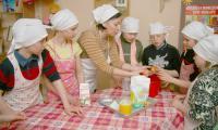 Премудрости печения колобков изучают вместе с воспитателем Людмилой Курбацкой. Фото В. Бербенца