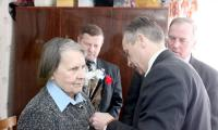 Юбилейная медаль вручается Александре Мусниковой. Фото автора