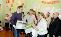 Депутат С.Л. Кузьменков вручает подарок директору школы Н.А. Тихоновой. Фото автора
