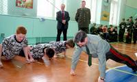 В школе № 2: генерал-лейтенант вместе с ребятами сдал норматив на «отлично»!  Фото В. Бербенца