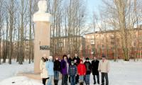 Сельские школьники у памятника Александру Торцеву. Фото автора
