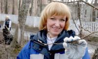 Оксана Конева, сестра-хозяйка «Скорой помощи» и все сотрудники станции вышли на уборку территории. Фото В. Бербенца