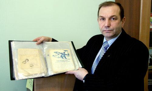 Валерий Липаев с архивом деда-фронтовика. Фото В. Бербенца