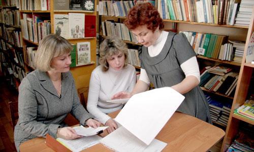 Работники школы № 23 за обсуждением договора.  Фото В. Бербенца