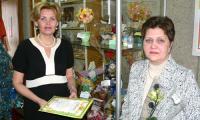 Специальный приз от О.Г. Лыбашевой — живая орхидея для О.А. Бекряшевой (справа), «вырастившей» цветы из бисера. Фото из архива О. Лыбашевой