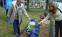 С дочкой  на Гнездиловской высоте. На могилу отца приехала через 60 с лишним лет после войны. Фото из архива З. Клюй