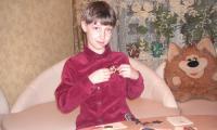 Денис часто рассматривает медали и ордена своих прадедов. Фото из семейного архива