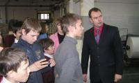 Ребята увлеченно слушают руководителя отдела маркетинга типографии И. Горних. Фото Ю. Шабалина