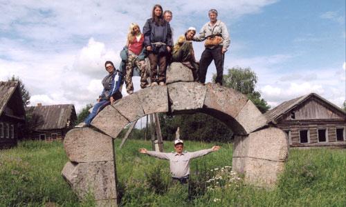 Эти каменные ворота — единственное, что осталось от деревни Астафьево, дома уничтожены пожаром. Фото С. Афимьина