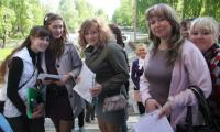 Через пару минут они уже сдавали свои первые экзамены в школе № 12. Фото В. Бербенца