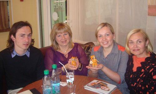 Норвежский художник Пол Йомас и Кирсти Риесто (в центре) познакомились с мастером Ириной Черепановой и её куклами. Фото автора