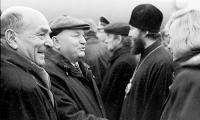 В.З. Фридман (слева) среди встречающих мэра Москвы  Ю.М. Лужкова.
