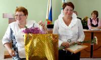 Лариса Меньшикова вручает подарок Елене Цыка, лучшему руководителю медицинской организации города в 2009 году.Фото Е. Легостаевой