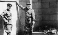 Капитан М. Каплан (слева) и полковник С. Лысь у входа в имперскую канцелярию в Берлине.