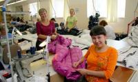 На дворе лето, а на Северодвинской швейной фабрике уже отшивается коллекция пуховиков «Зима-2010/11». Фото В. Бербенца