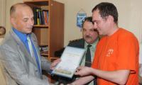 Благодарственное письмо вручается капитану наркополиции Е.П. Проурзину. Фото автора