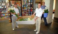 Эти 350 кремовых роз предназначены для женщин Севмаша. Фото В. Бербенца