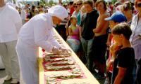 Самого большого (или, скорее, самого длинного и извилистого) бутерброда хватило почти на 500 человек! Фото В. Бербенца