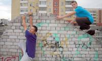 Рома и Дима штурмуют очередное препятствие. Фото автора