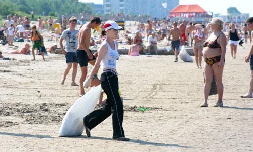 Ягринский пляж остается чистым благодаря юным северодвинцам. Фото В. Бербенца