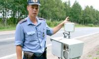 На посту — инспектор ГИБДД Михаил Егоров и фоторадар. Фото В. Бербенца