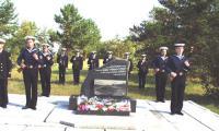 В такие дни у памятного камня на острове Ягры стоят в карауле военные моряки. Фото В. Бербенца