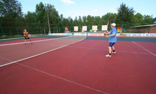 На теннисном корте в тот день играли до сумерек. Фото В. Бербенца