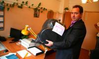 Александр Сенчуков показывает изъятые по делу вещдоки. Фото В. Бербенца