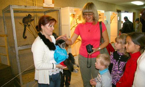 Первой погладить обезьянку Соню решилась педагог-организатор дома-интерната М.Ф. Гриффитс. Фото В. Бербенца