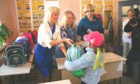 Школьные подарки вручают предприниматели Надежда Суханова, Лидия и Екатерина Прялковы. Фото В. Бербенца