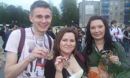 М. Порошин, Н. Оскерко, С. Самигулина с золотыми медалями IX Дельфийских игр. Фото из архива программы «Выход»