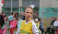 Ученица 30-й школы Лиза Симанова была единственной девушкой, участвовавшей в товарищеском матче сборных мэрии и школьников города. Фото В. Бербенца